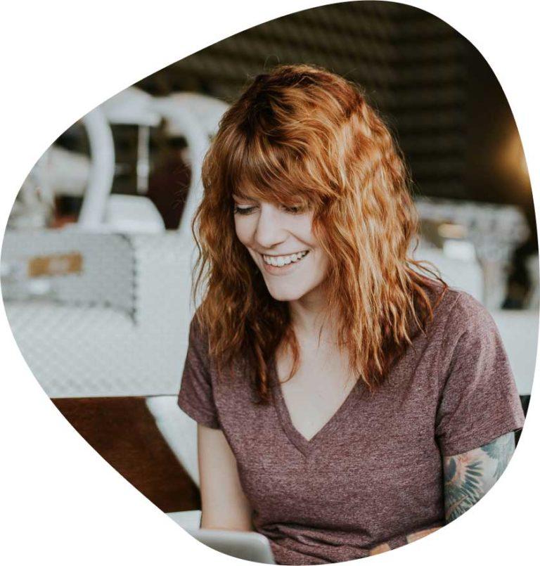 dziewczyna uśmiechająca się przy tworzeniu stron www Kraków